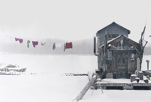 Peter's houseboat, Winona, Minnesota   © Alec Soth