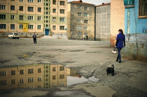One of the particularities of Norilsk is that it completely lacks green spaces where one can escape. Inhabitants must go 30 km by bus to find even a bit of true nature. Lack of time causes people to try and enjoy the sun in the urban area. © Elena Chernyshova