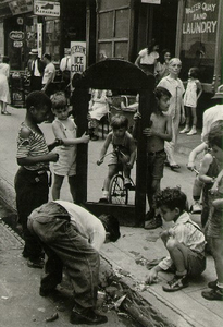 New York, circa 1939, © Helen Levitt. Courtesy Laurence Miller Gallery and/or powerHouse Books.