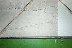 CRAQUELLURES ET BARRES MÉTALLIQUES SUR MUR                                         2013 - FRANCE                                                               Format  - 150X100 - 5 EX.                 Format  - 70X100 - 5 EX.                   Format  - 60X40 - 5 EX.                                                    © Louis-Paul Ordonneau