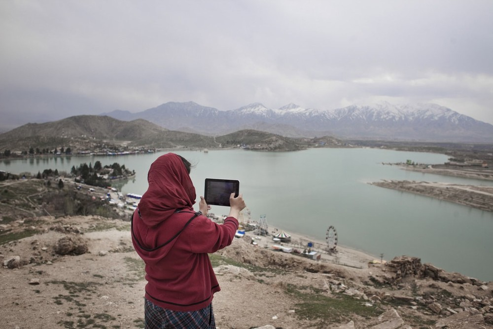 On the top of Cargha lake, a recreational area located a few kilometers from Kabul | Kabul, Afghanistan 2013 © Sandra Calligaro