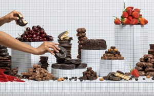 Charlie White, Still Life of Chocolates with Taker, 2014 © the Artist and Loock gallery Berlin, Paris Photo LA