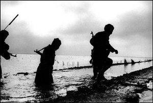 Iranian Basij members advancing as a reconnaissance unit to checknew Iraqi positions  1980 © Copyright 1979-2009 Alfred Yaghobzadeh. All rights reserved.