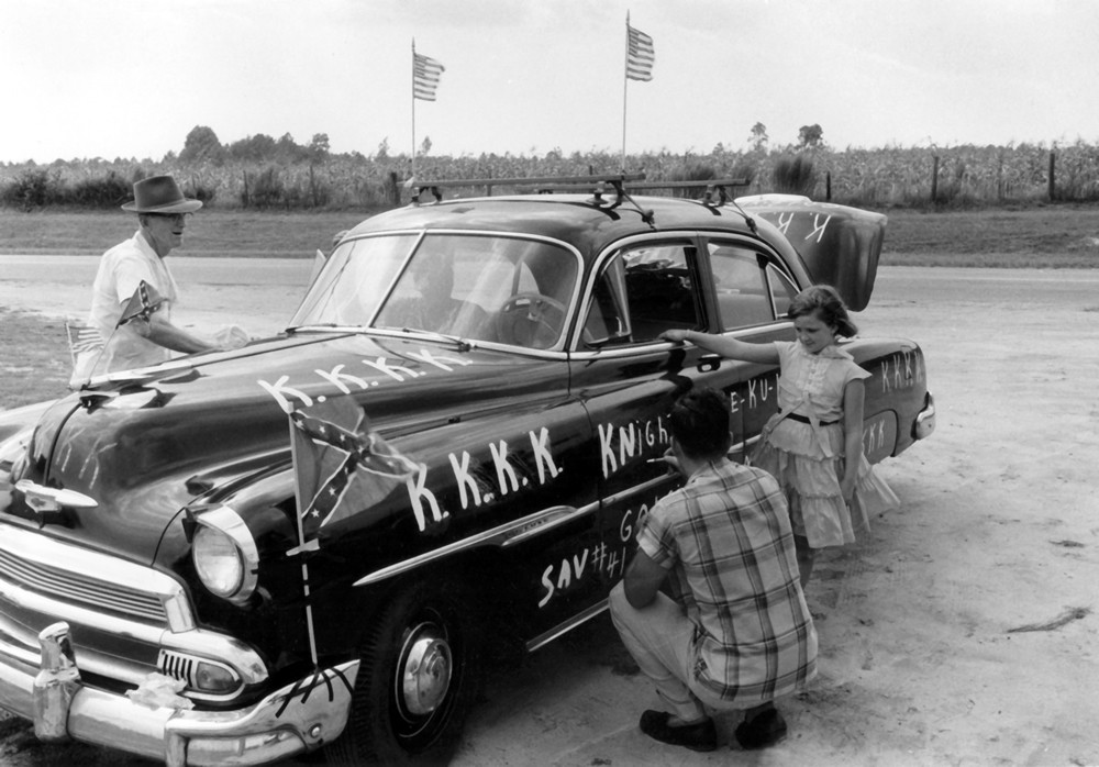 Family Decorating Cars, Pooler, Georgia, 1957 © Frederick C. Baldwin