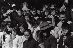 Crowds, Kowloon, 1958 © Shigeichi Nagano