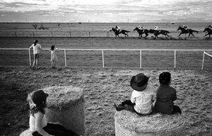 1st prize Sports Features Singles © Andrew Quilty, Australia, Oculi for Australian Financial Review Magazine. Children watch horses compete at Maxwelton races, Australia.