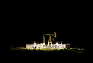 Elements of the countryside surrounding the US Navy Housing Settlements in South-east Sicily  Oil Well © Massimo Cristaldi, Insulae