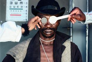 Joseph Dlamini (Eye test), Matsho Tsmombeni squatter camp, 2012 © Mikhael Subotzky, courtesy of Huis Marseille
