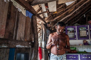 Aldemir Brito drinks coffee early in the morning in his house in Queimada dos Britos. © Eduardo Leal/4SEE
