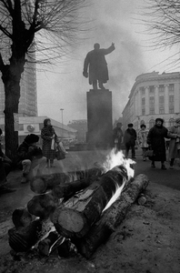 January 1991. Latvian people on the streets safeguard the new government and make fire near the soviet symbol of Lenins monument. © Janis Knakis (Latvia), from the exhibition Transition.  Courtesy of the Noorderlicht Photofestival 2008.