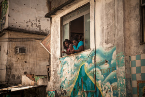 Mangueira continues to be raided regularly by the police, who are attempting to break the hold of a well-organized drug gang. The result is that the residents live in fear of getting caught in the cross-fire. © Manu Valcarce