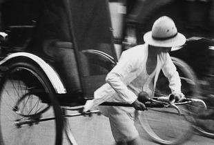 Hiroshi Hamaya, Pousse-pousse, Ginza 8-chome, 1938 © Keisuke Katano for the Hiroshi Hamaya Estate / Courtesy of Studio Equis