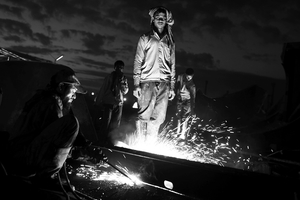 A gas cutter and his helper at the end of a nightshift. Working by night allows them to earn more money (between 3 and 4 US dollars per night). © Pierre Torset