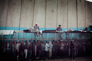Morning commuters stand in line outside the checkpoint in Bethlehem at 5 a.m. The men at the top are cutting in line. July 2011 © Lars Håberg