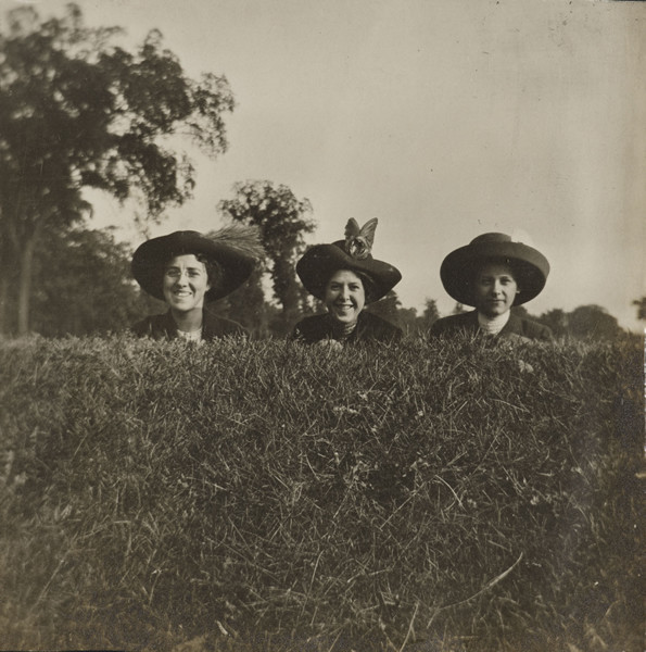 Artist unknown. Look Pleasant, c. 1910s. Gelatin silver print. 8.9 x 8.6 cm. The Art Institute of Chicago, Gift of Peter J. Cohen. © 2011 The Art Institute of Chicago.