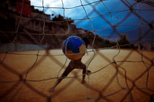 Kids playing soccer in São Carlos slum, in Rio de Janeiro. © Daniel Marenco