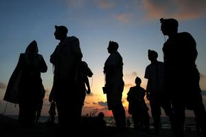 Shirat Hayam, Aug 05 - Jewish settlers during evening prayer at the beach on 9th of Av © Natan Dvir