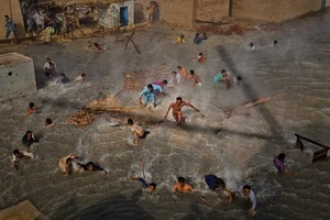 1st Prize People In The News Stories © Daniel Berehulak, Australia, Getty Images. Pakistan floods, August-September: Flood victims scramble for food as they battle the downwash from a Pakistan army helicopter during relief operations, Dadu, Pakistan, 13 September.
