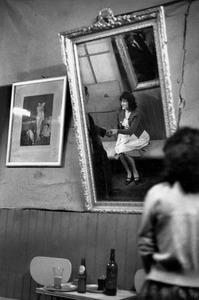 Bar Los Siete Espejos, Valparaiso, Chili, 1963 © Sergio Larrain, Magnum Gallery