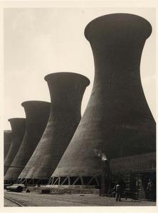 Tours de refroidissement, Hollande, 1938 © Werner Mantz, Galerie Michele Chomette