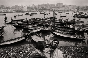 Open salon at the riverbank. Buriganga, 2005. © Munem Wasif