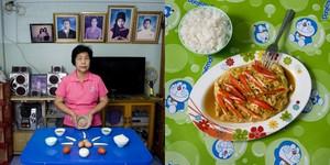 Boonlom Thongpor, 69 years old  Bangkok, Thailand. Kai Yat Sai (stuffed omelette) © Gabriele Galimberti