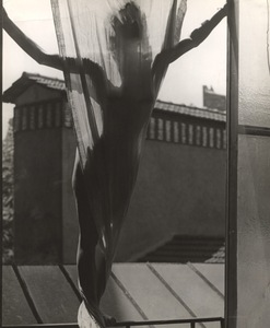 Marguerite von Sivers on the roof of Blumenfeld's studio at 9, rue Delambre. Paris, 1937. Gelatin silver print. Vintage print. Collection Yvette Blumenfeld Georges Deeton /Art + Commerce, New York, Gallery Kicken Berlin, Berlin © The Estate of Erwin Blumenfeld