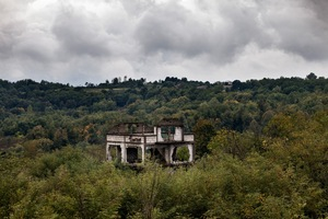 An abandoned and destroyed house is seen in northwest Bosnia. During the course of the war, more than one million people were internally displaced, due to the armed conflict and brutal ethnic cleansing campaigns. © Ole Elfenkämper