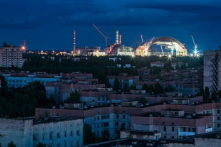 < [Chernobyl Nuclear Power Plant, Ukraine, 2013] The first section of the New Safe Confinement.