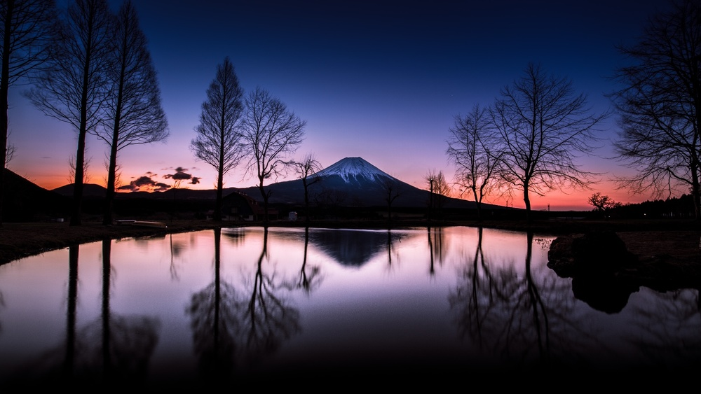 Sleeping Giant. The morning glow of Mount Fuji as seen in Asagirikogen. I was impressed by the beautiful colors. Mount Fuji is a world heritage.