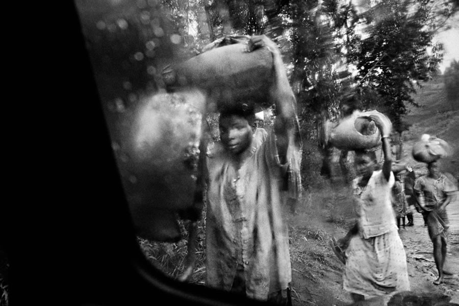 Refugees flee south after a rebel attack on Bule and Fataki, northeastern Congo. 2003.   © Marcus Bleasdale.