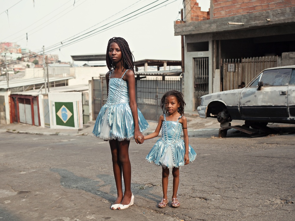 Maysa, who is 11, with Luana, 5, in Brasilândia.