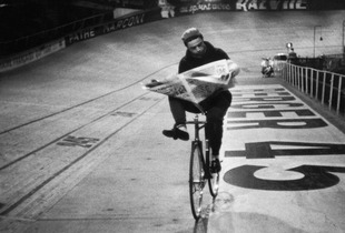 Course cycliste «Les 6 jours de Paris», ve?lo- drome, Paris, France, November 1957 © Henri Cartier-Bresson/Magnum Photos, courtesy Fondation Henri Cartier-Bresson