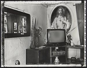 Jesus and the Buddha, Havana, 2000. © Elaine Ling